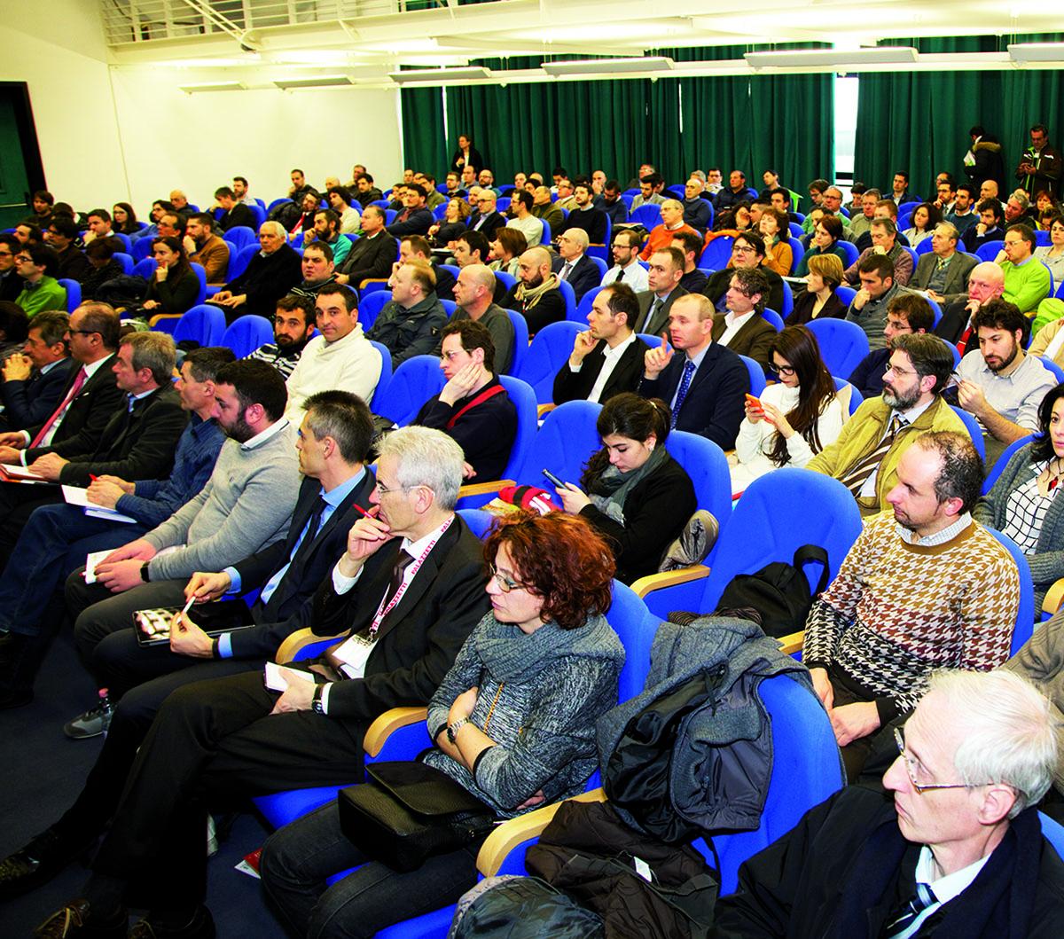 Una sala gremita di pubblico alla fiera Progetto Fuoco