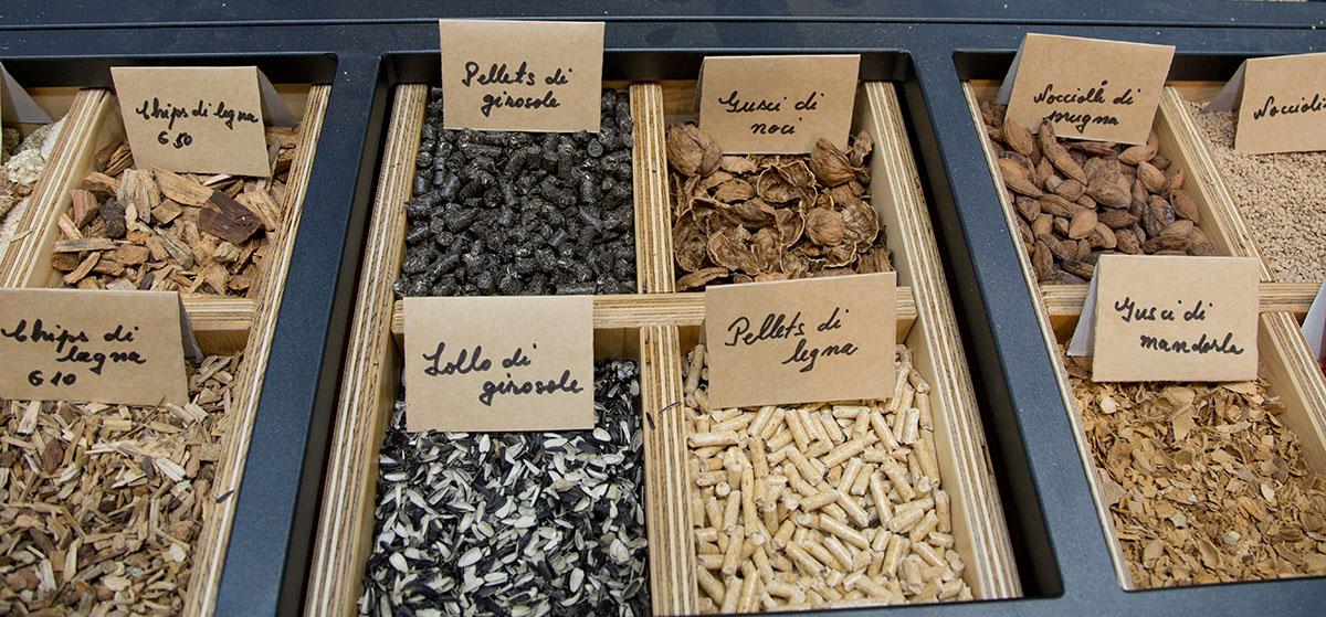 Varie tipologie di pellet messi in esposizione